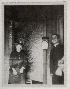 Séraphine posant devant son tableau Fleurs ou Fantaisie, circa 1926-1927 - Exposition d'Art, Hôtel de Ville de Senlis, 1927