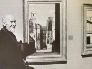 """René Rimbert devant ses peintures au vernissage de l'exposition """"Les réalismes en peinture 1919-1939"""", Musée Georges Pompidou, Paris, 16 décembre 1980"""
